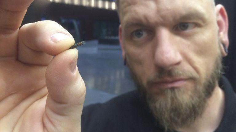 El fundador de Epicenter, con el chip utilizado en Suecia, uno de los países que más adoptaron esta tecnología