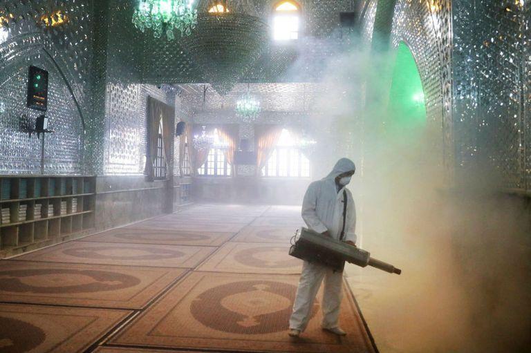 Un bombero desinfecta el santuario de Saint Saleh para ayudar a prevenir la propagación del nuevo coronavirus en el norte de Teherán, Irán