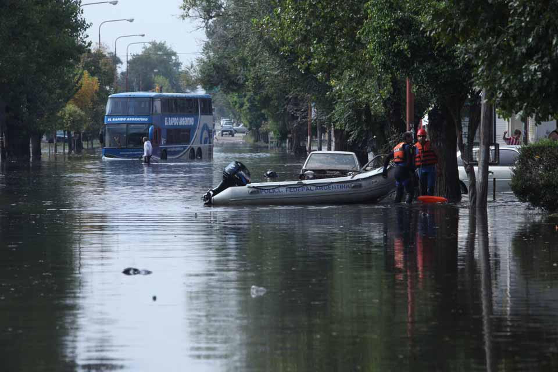 Las fuertes lluvias en la ciudad de La Plata generaron inundaciones y destrozos
