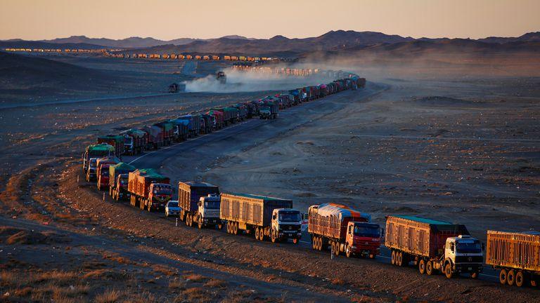 En fotos: miles de camiones varados en un espectacular embotellamiento en la frontera entre Mongolia y China