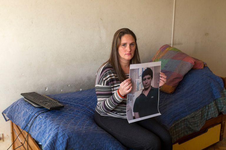 Fernanda sosteniendo la imagen de su agresor, quien podría salir de la cárcel en pocos meses
