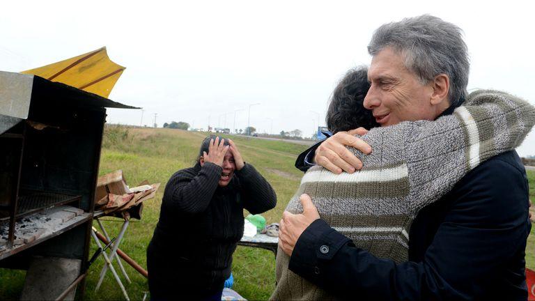 Mauricio Macri saluda a Alejandro Farías