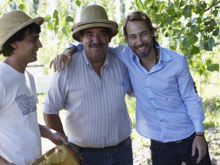 El italiano Piero Incisa della Rochetta en su finca de Mainqué, en Río Negro junto a dos colaboradores (ambos con sombrero)