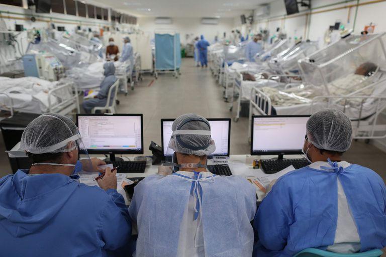 Más de 233 mil profesionales de la salud fueron infectados en Brasil