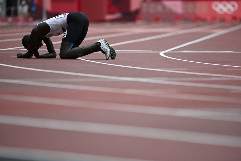 El atleta de refugiados que se cayó, llegó último y lloró en pleno estadio olímpico