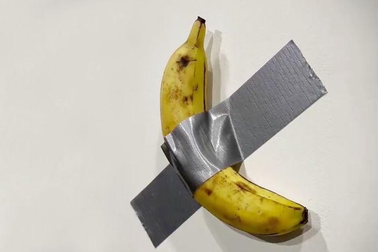 """Una banana pegada a la pared de la feria Art Basel Miami, con el título """"Comediante"""" es la nueva obra de Maurizio Cattelan, que despierta reacciones y se vende una vez tras otra"""