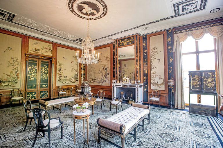 El recién remodelado hogar de la familia real holandesa tiene una Sala Japonesa, cuyas paredes tienen dibujos tradicionales del país del sol naciente. Convive con mobiliario de estilo y una araña de cristal cuelga al centro del ambiente
