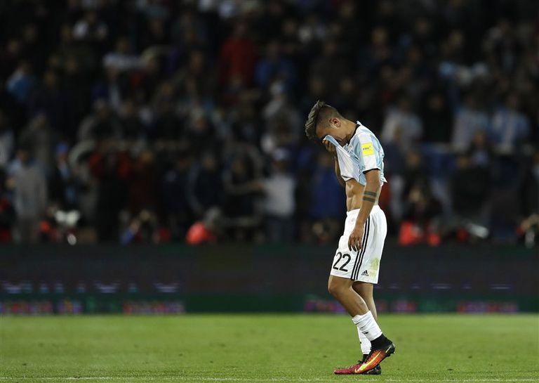 Paulo Dybala deja la cancha desconsolado