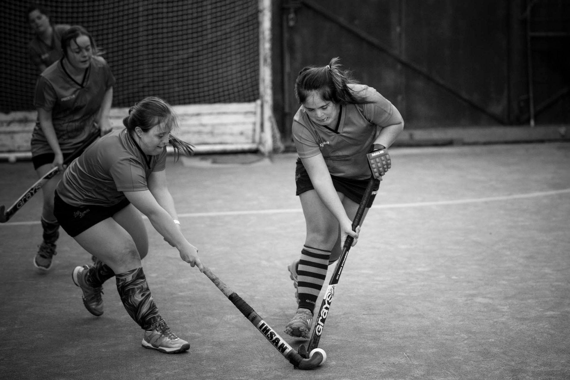 Las chicas trabajan con facilitadoras, deportistas convencionales que las ayudan a organizar el juego en la cancha y también a despertar las ganas de participar.