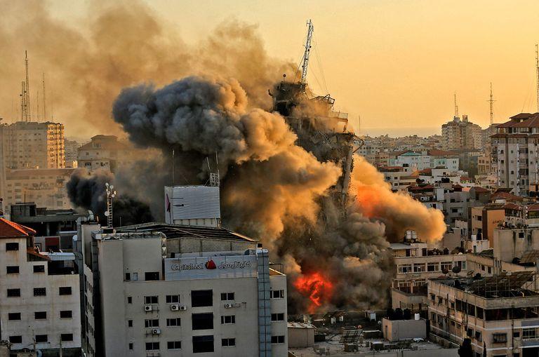 El impacto y el colapso del edificio Al-Sharouk en Ciudad de Gaza, por el ataque de Israel