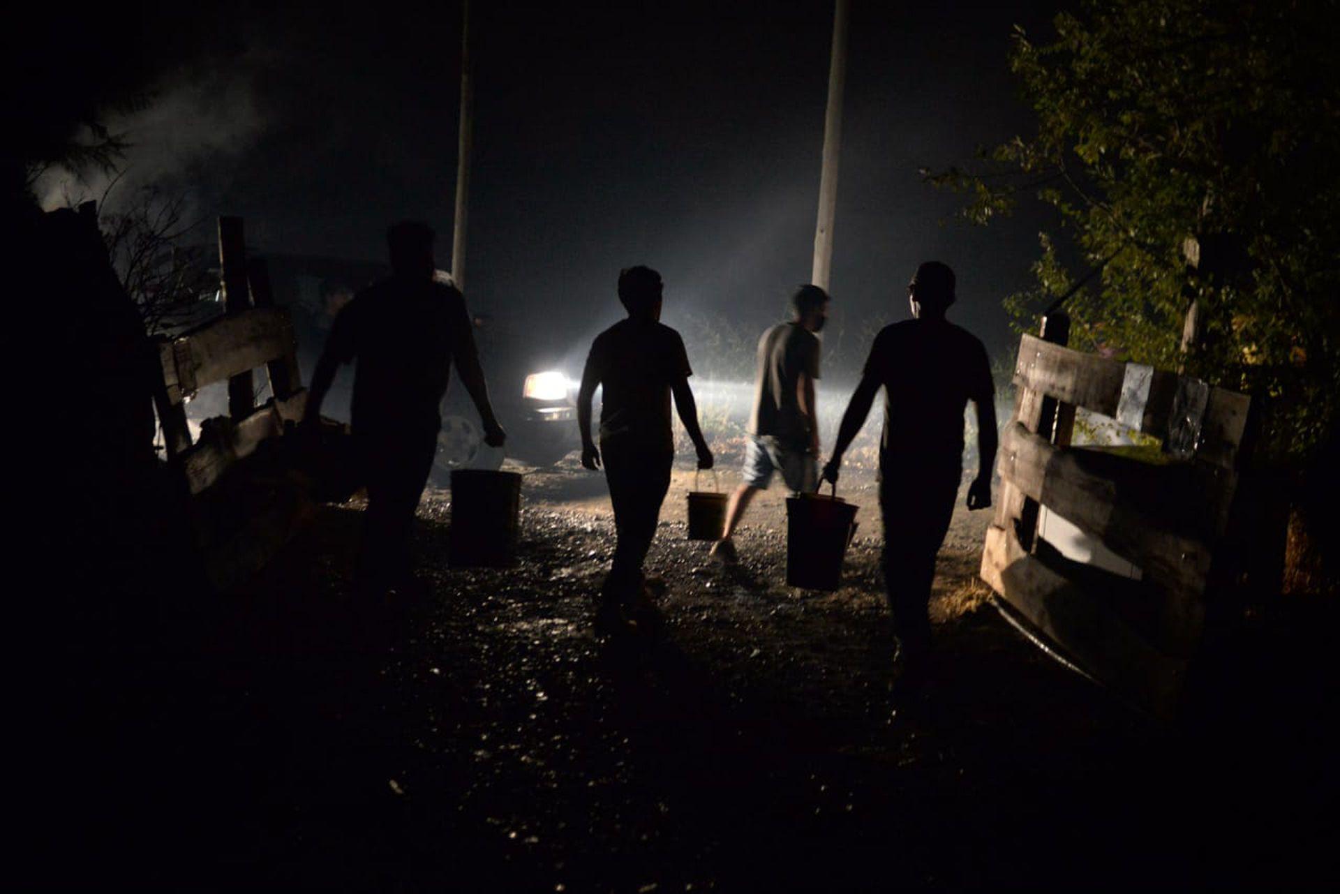 """""""Es un incendio que se generó dentro del bosque y se dan las condiciones extremas para que se expanda, tenemos la capacidad de nuestros bomberos superada"""", dijo el intendente"""