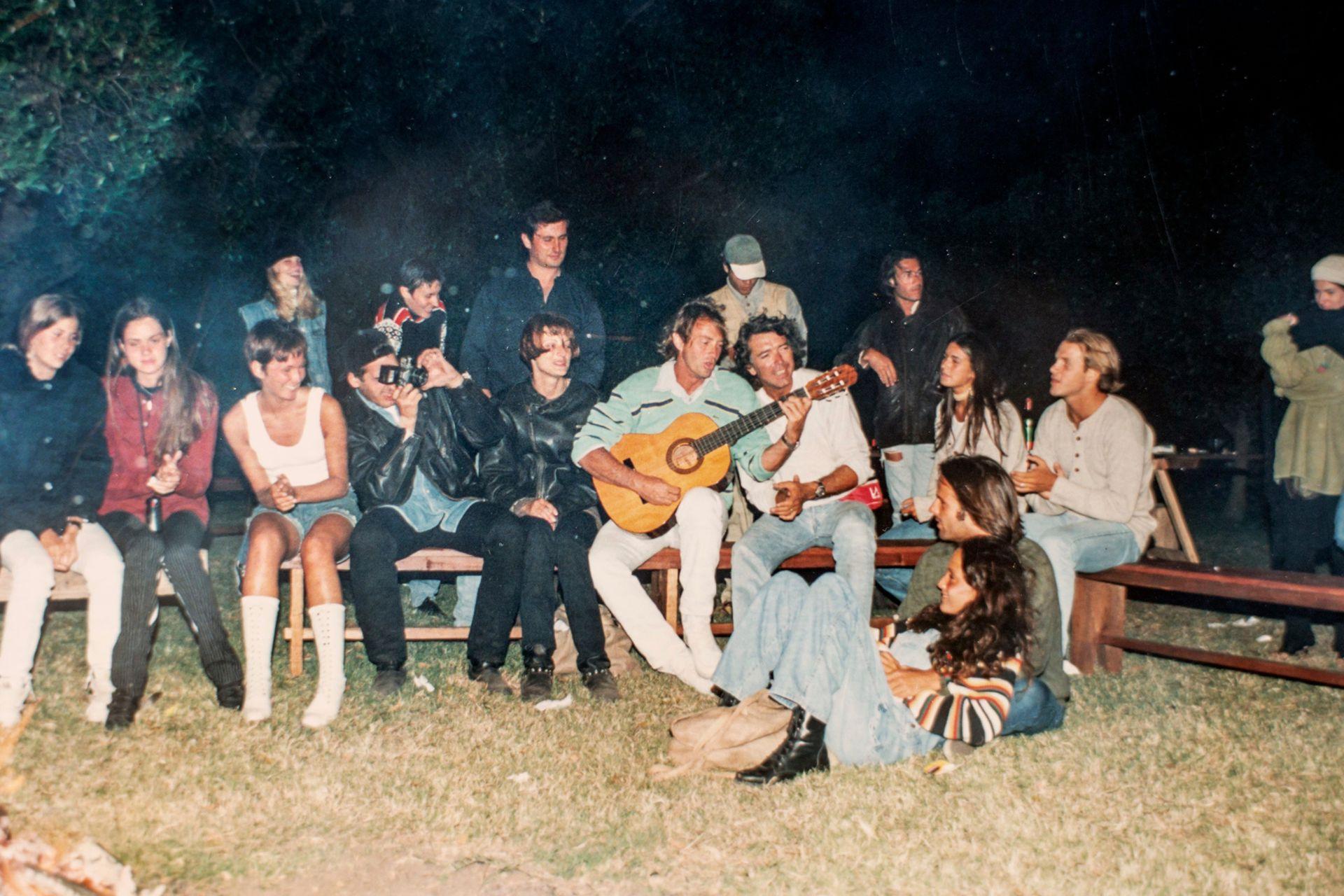 Pancho Dotto junto a un fogón con amigos