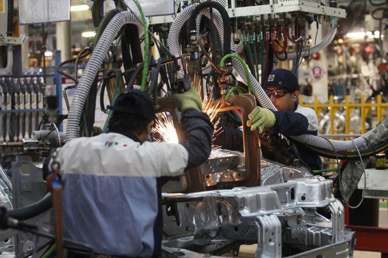 La devaluación mejora exportaciones de autos pero golpea las ventas internas