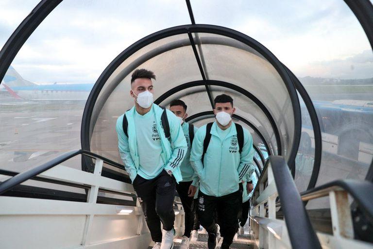 Lautaro Martínez y Sergio Agüero en Ezeiza; los vuelos de la selección argentina de ida a Brasil y regreso fueron varios por la Copa América; como River, el conjunto nacional no se verá afectado por las restricciones para los viajeros comunes.