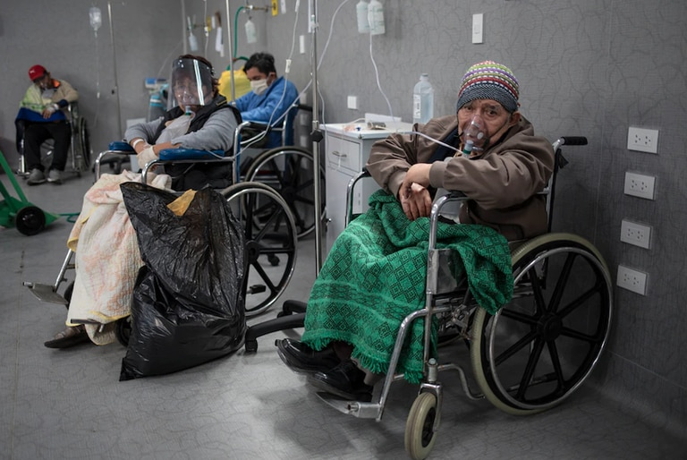 Pacientes con máscara de oxígeno en el hospital Guillermo Almenara, de Lima