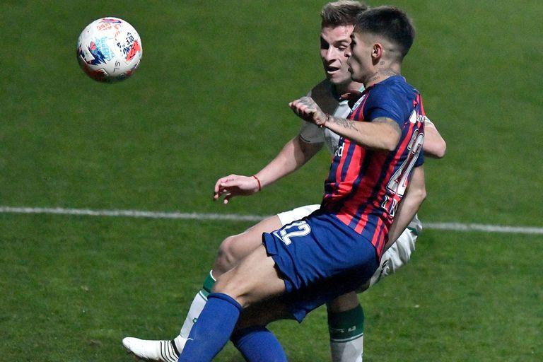 Giuliano Galoppo y Gabriel Rojas luchan por la pelota en el partido que San Lorenzo y Banfield empataron 1-1