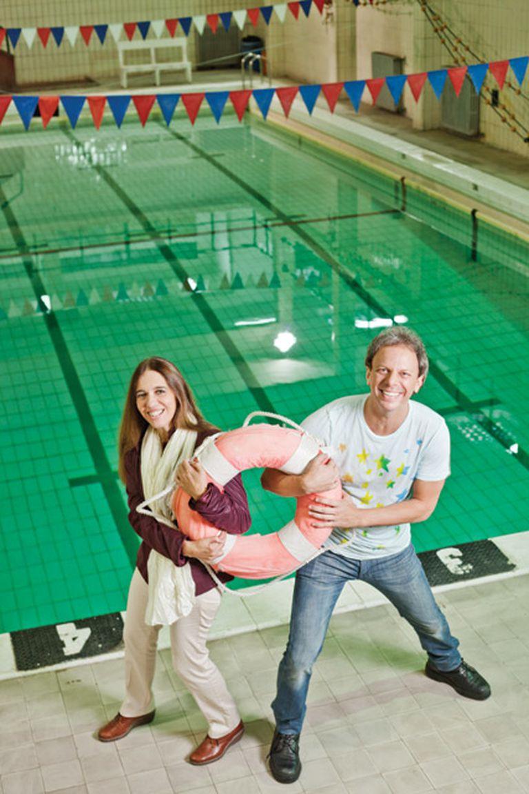Siempre a flote. ''Esta es una foto Titanic'', le dijo Nik a Ingrid Pelicori mientras posaban en la pileta de natación del colegio