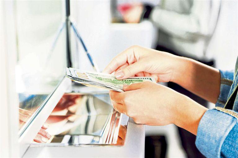 Ni una (deuda) menos: a mujer paga mejor, pero no recibe los beneficios