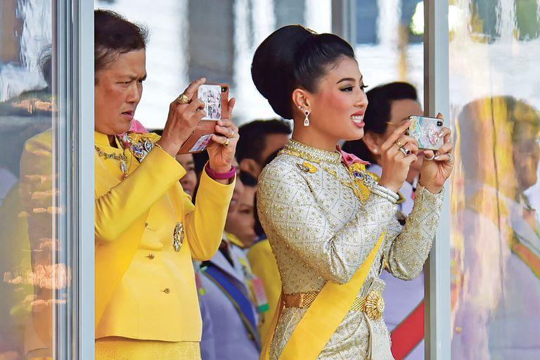 En su rol de fotógrafa familiar, la princesa Sirivannavari Nariratana sigue atentamente la procesión que encabeza su padre. La diseñadora de moda tiene 32 años y es una gran amazona.