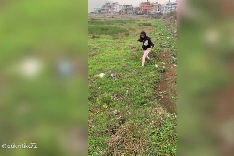 Extraño fenómeno en Katmandú donde el suelo parece estar sobre agua