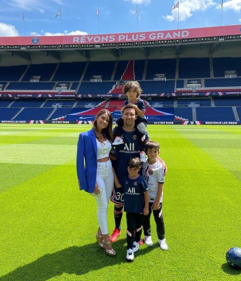 Antonela Roccuzzo vistió los colores del PSG durante la presentación de Lionel Messi en el club francés