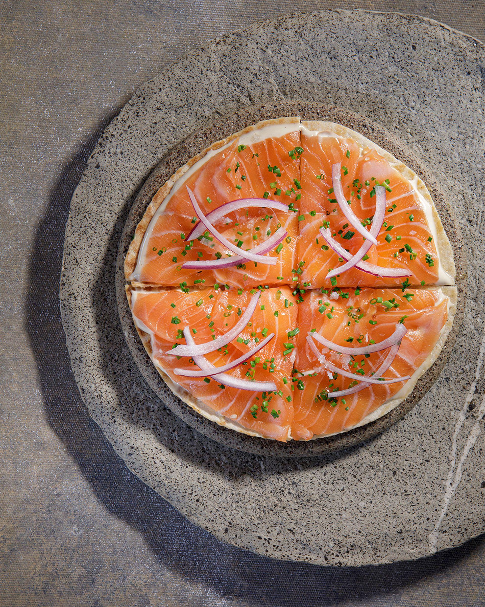 """Pizza al estilo japonés o """"sake pizza"""", es uno de los nuevos platos de la carta de Fabric Sushi."""