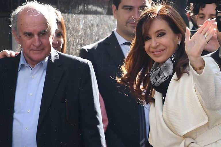 Cristina Kirchner y Oscar Parrilli entrando al Instituto Patria