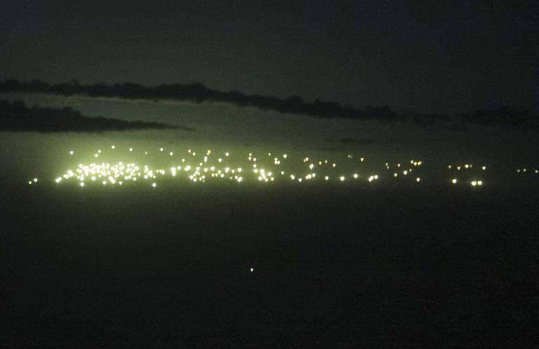 Pesca ilegal: una ciudad flotante se mueve por los límites de la zona argentina