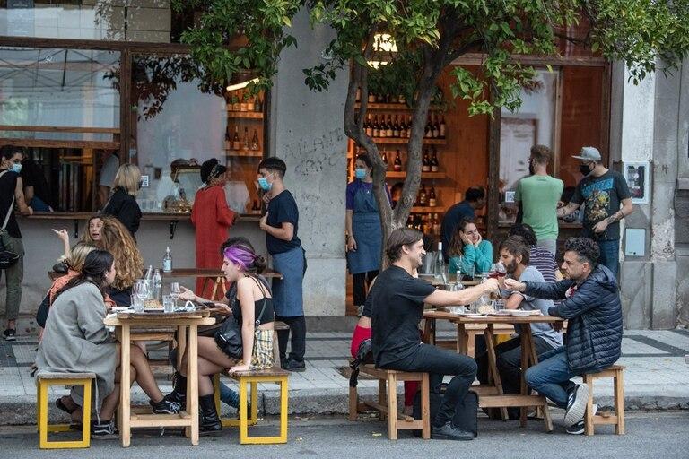 Naranjo Bar, en Chacarita, es punto de encuentro de amigos que se juntan a tomar un rosado al atardecer