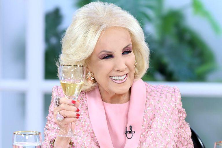 En su vuelta a la televisión, Mirtha Legrand lucirá un vestido con cristales diseñado por Claudio Cosano