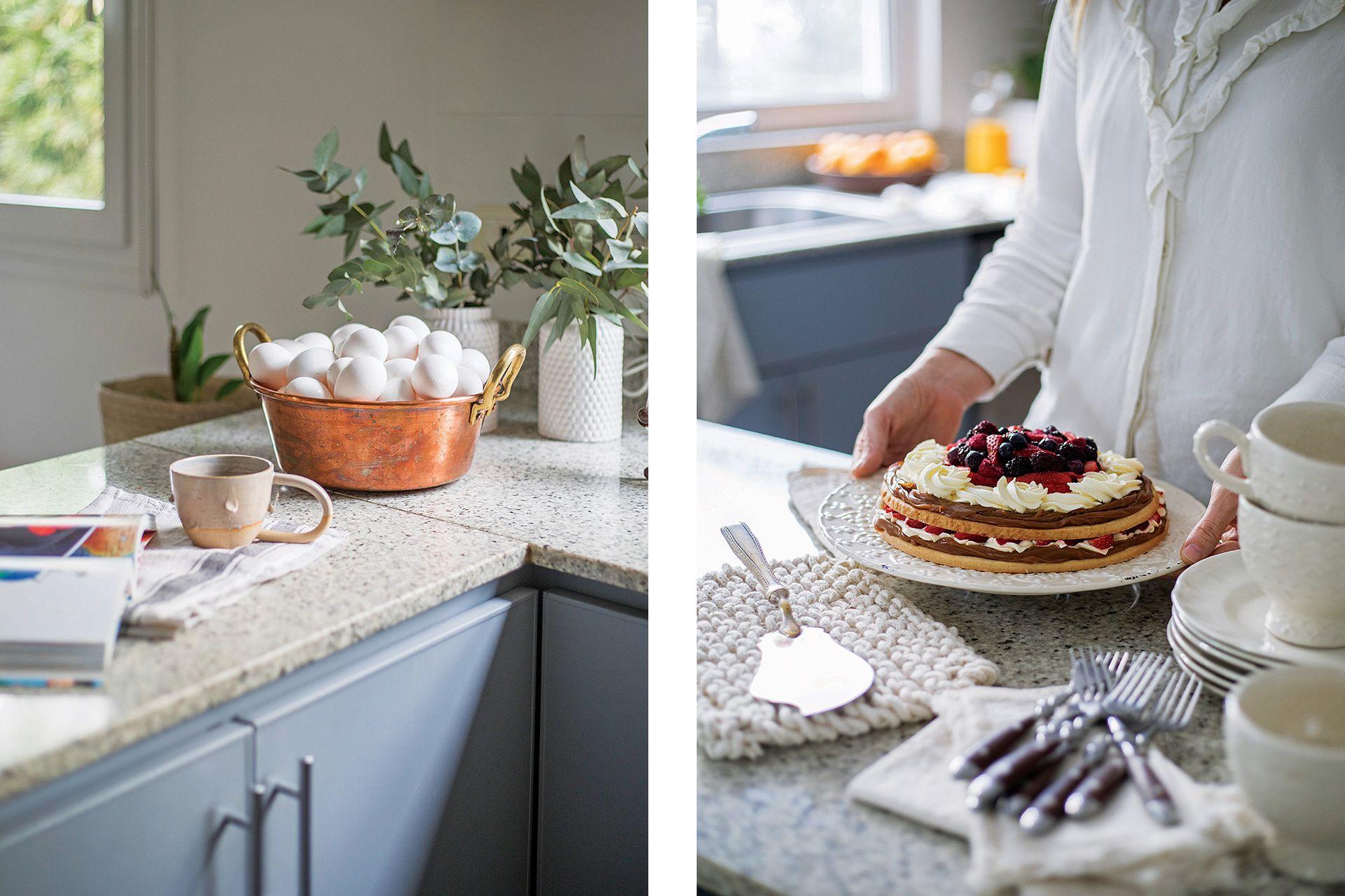 Tentadora, una torta 'Doble Tentación de Frutos Rojos' (Trini Marieta Pastelería). Apoyafuentes de hilo tejido a mano y servilletas de lienzo lavado (Agustina Cerato Deco). Cubiertos (L'Interdit). Tazas y platos de cerámica (Barral Casa).