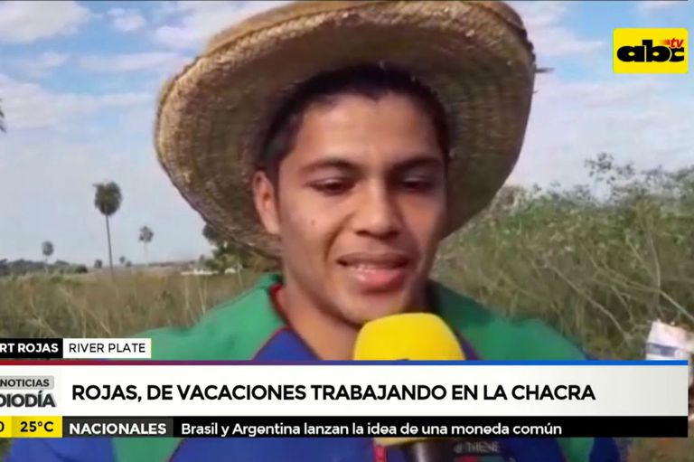 Rojas suele aprovechar sus vacaciones para volver a Paraguay con su familia y ayudar con las tareas de la chacra