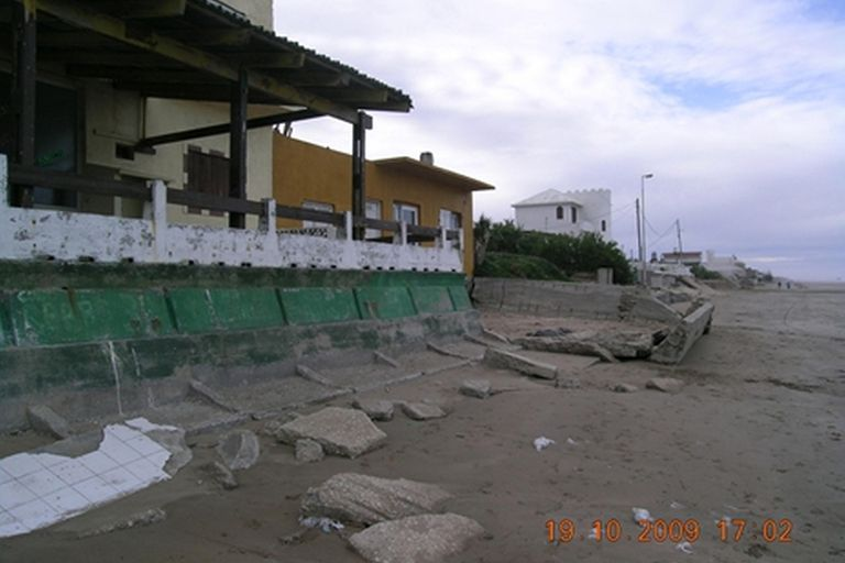 Mar del Tuyú. La misma casa fotografiada en 2009, 2010 y 2016. El proceso de erosión se debe a causas naturales y antropogénicas.