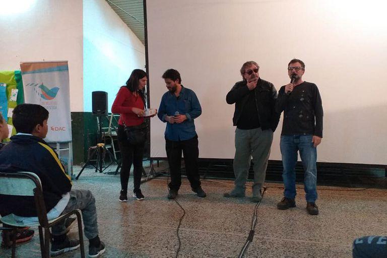 Los miembros de Fundación DAC, Marcela Carreira y Ricardo Piterbarg, y Dante Otaz, docente de la escuela, junto al actor Claudio Rissi durante el debate.