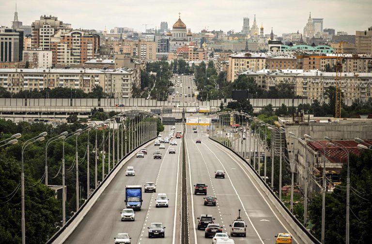 La avenida Komsomolsky, en el centro de Moscú, con la catedral de Cristo Salvador de fondo