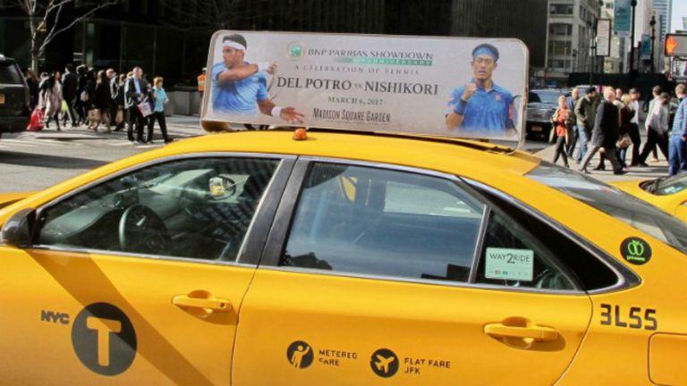 El cartel que anuncia el partido entre Del Potro y Nishikori, sobre un taxi por las calles de Manhattan