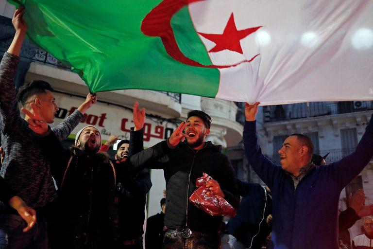Manifestantes celebran en las calles de Argel la decisión de Buteflika