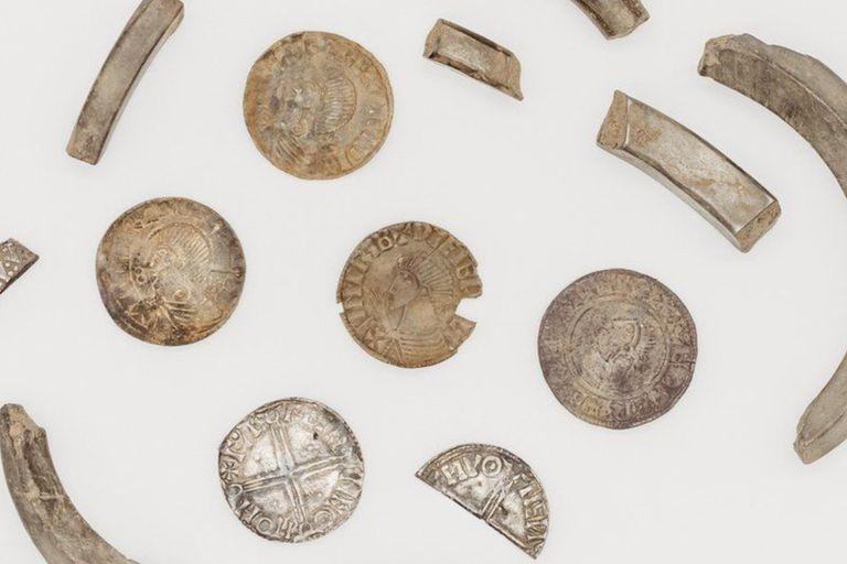 Una aficionada a los detectores de metales, encontró un increíble tesoro vikingo de 87 monedas y varias piezas de plata, en la Isla de Man