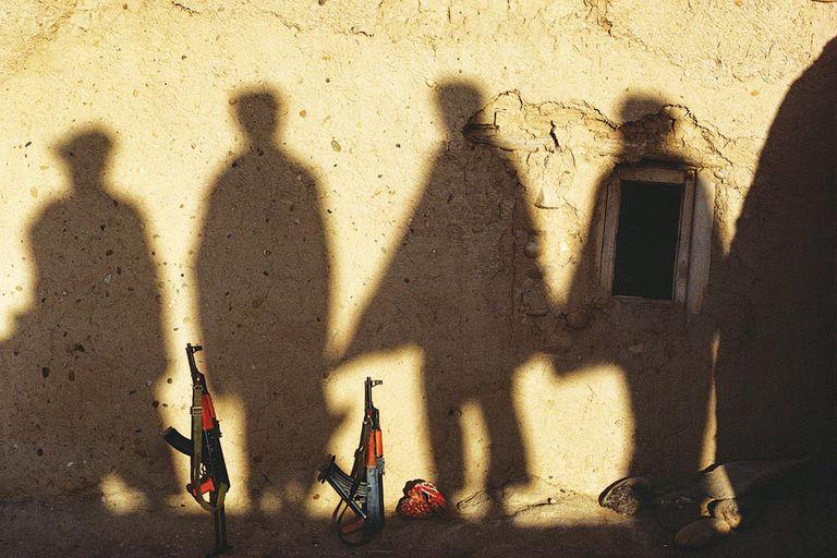 A la sombra. Siluetas de afganos y fusiles, durante la invasión soviética. Esta imagen integró la serie premiada en 1983 con un Word Press Photo