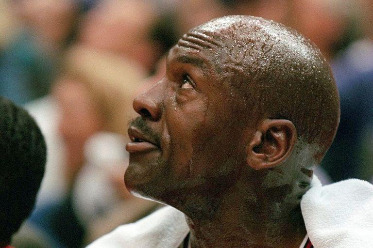 Michael Jordan de los Chicago Bulls toma un respiro durante el primer cuarto del Juego 5 en las Finales de la NBA contra los Utah Jazz el miércoles 11 de junio de 1997 en Salt Lake City. Jordan ha sufrido síntomas de gripe desde el martes por la noche.