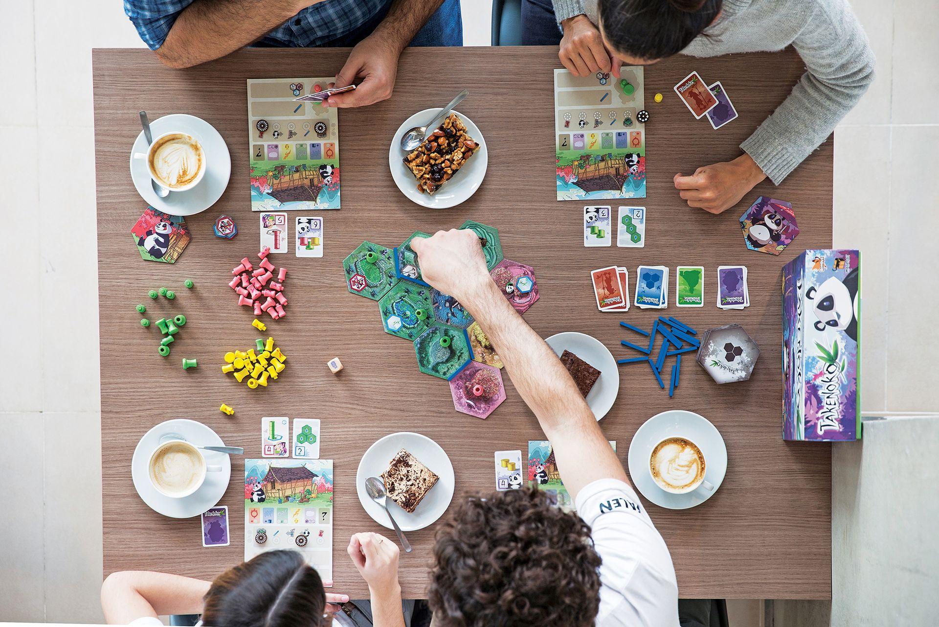 Gran alternativa para cumpleaños infantiles: se habla con los padres para determinar qué tipo de juegos son más apropiados para los chicos, y se arman mesas acordes, con una guía que ayuda con las reglas.