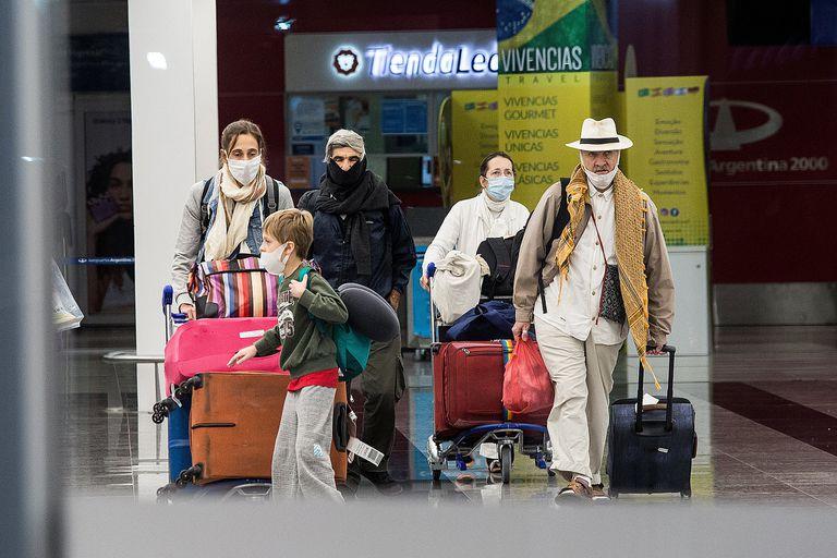 Para regresar del exterior es necesario hacerse tres test: uno dentro de las 72 horas de ingresar al país, otro en Ezeiza y un tercero una semana despúes