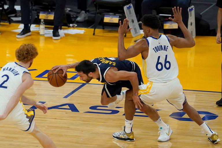 Una de las heterodoxas maniobras típicas de Facundo Campazzo, en su estreno de pretemporada de NBA; Denver Nuggets cayó como visitante de Golden State Warrios.