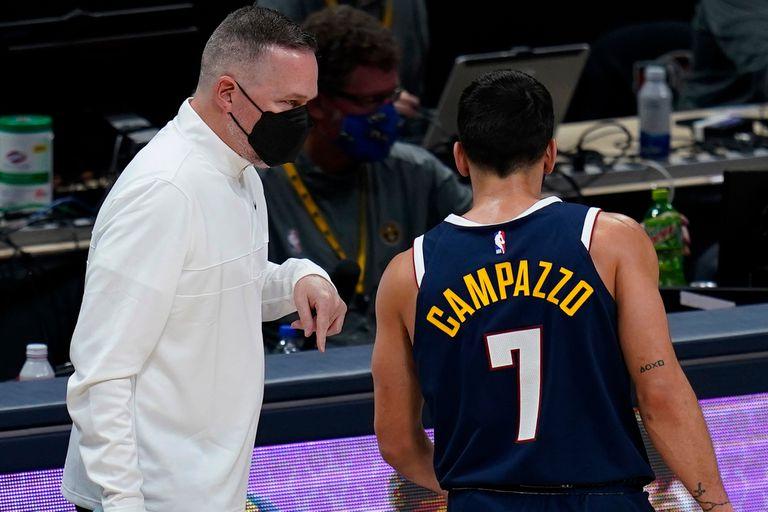 Facundo Campazzo escucha a su entrenador, en el partido de anoche.