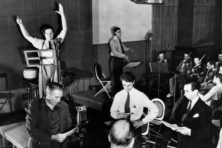 Orson Welles en un ensayo con el elenco del Mercury Theater of the Air en La guerra de los Mundos
