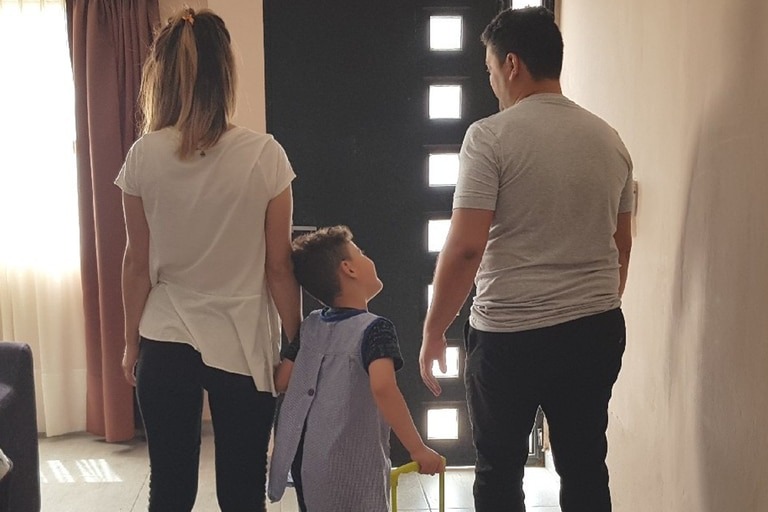 Nino, acompañado por sus padres.