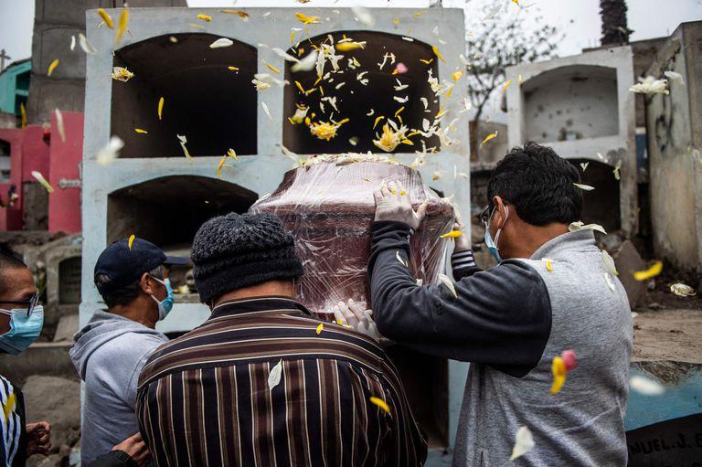 Un entierro en Perú, un país que avanza lento con su plan de vacunación