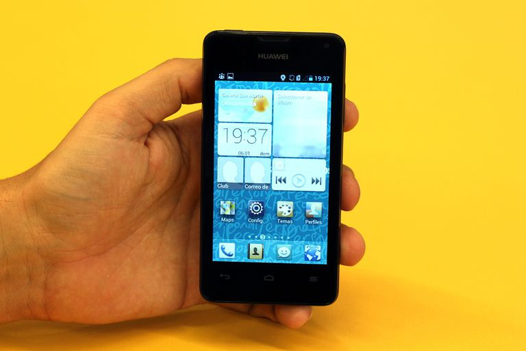 El frente del Huawei Ascend Y300, con la interfaz gráfica (EmotionUI) sobre Android