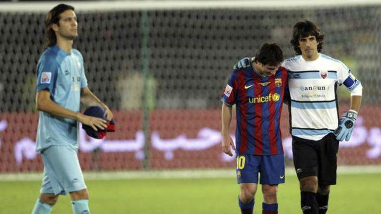 """Abu Dabi, Mundial de Clubes 2009: Solari (a la izquierda), que jugaba en Atlante, y Messi coincidieron en la cancha algunos minutos por la semifinal que ganaron los catalanes 3-1; """"Messi nunca se dejó llevar por los cantos de sirena de la demagogia"""", destaca"""