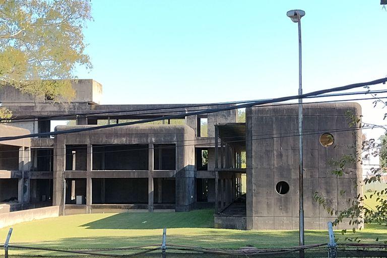 Con los vértices redondeados y el brillante gris del concreto alisado, el edificio H recuerda a las fortificaciones bélicas